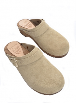Young British Designers: Sand Suede Low Klassisk Strap Clog - Last pair (36) by Kitty Clogs Sweden